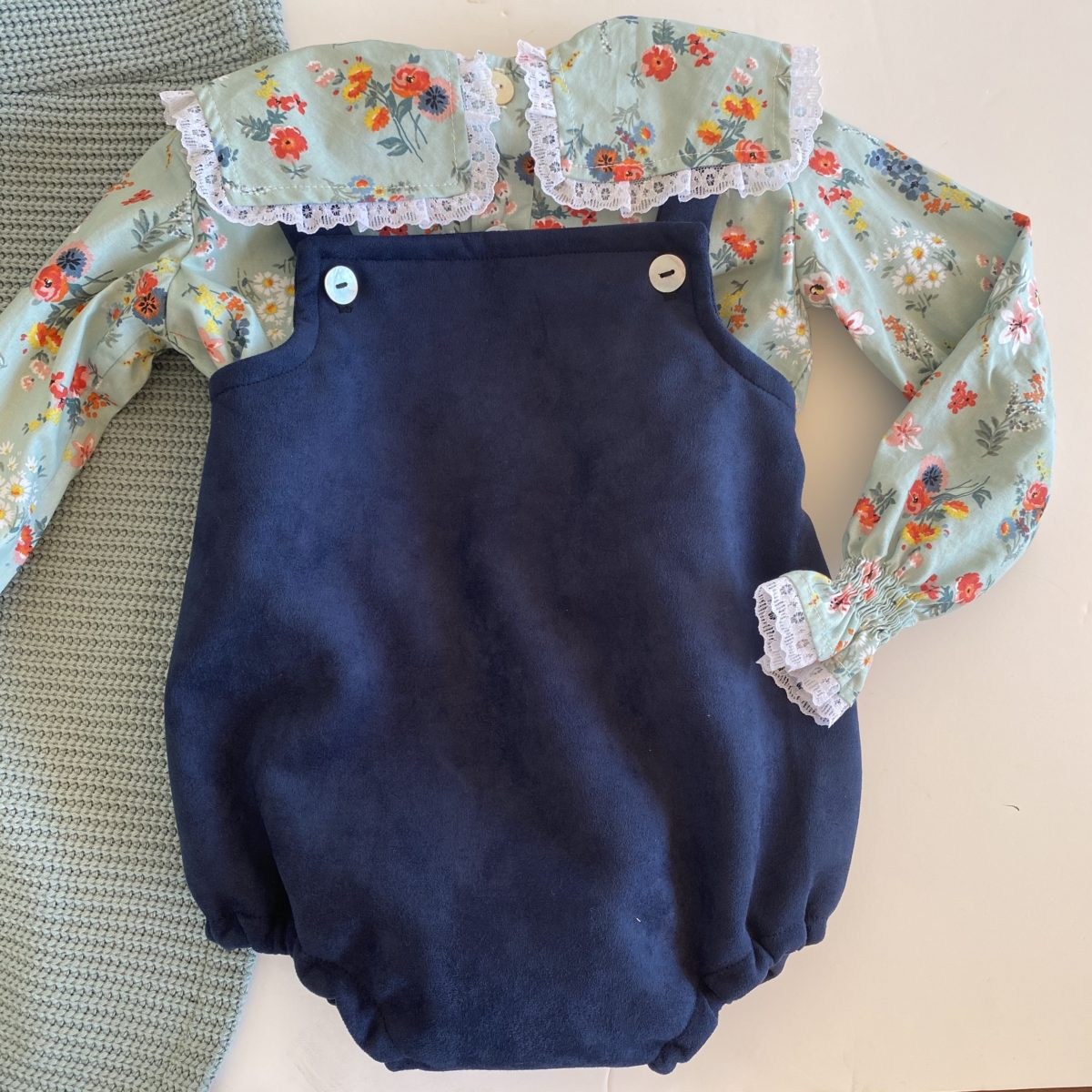 Pinocho bebé azul marino y camel